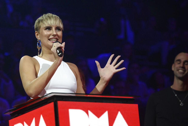 Clara på scenen da hun modtog prisen som 'Årets nye danske navn'.