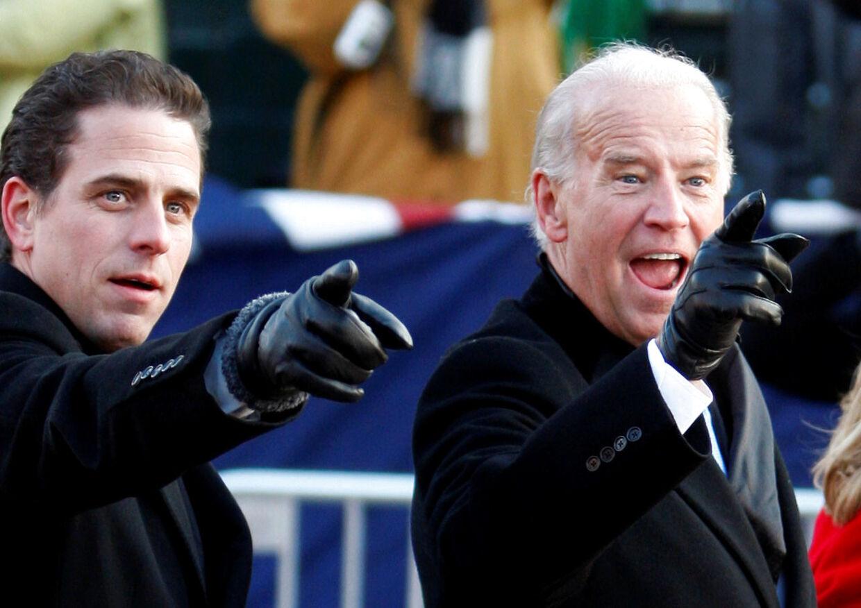 Joe Biden sammen med sin søn Hunter Biden. Biden senior drømmer om at blive præsident. Hans i dag 49-årige søn drømmer mest af alt om at tjene lette penge.