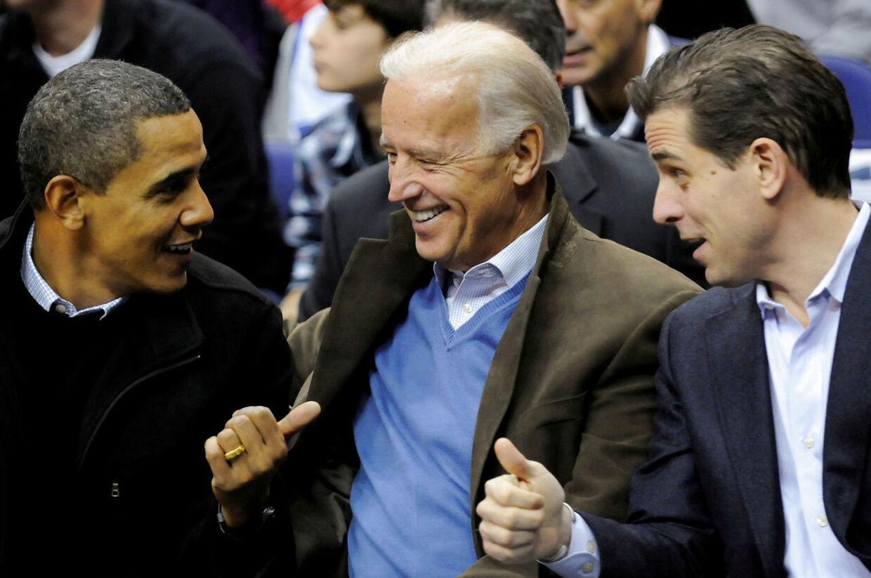 I otte år var Joe Biden Barack Obamas vicepræsident. Her sniger Hunter Biden sig med på et foto.
