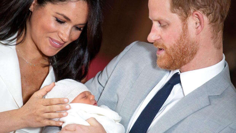 Meghan Markle og prins Harry med deres nyfødte barn.