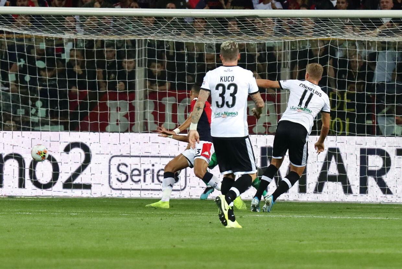 Cornelius flugtede bolden i mål til 3-0.
