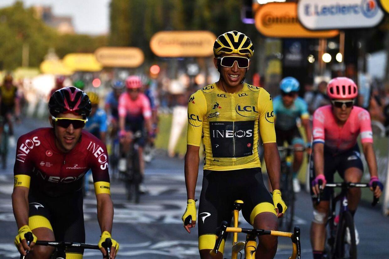Egan Bernal krydser målstregen på Champs-Élysées i Paris - Han har vundet Tour de France for første gang i karrieren.