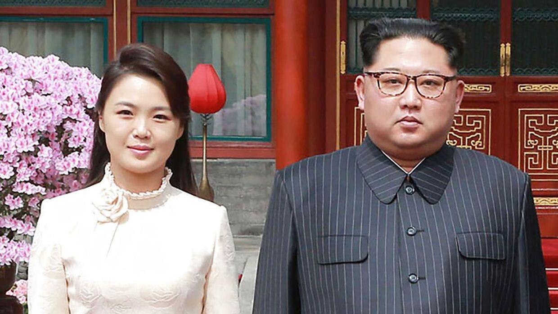 Den nordkoreanske leders hustru, Ri Sol-ju, er her fotograferet med sin mand, Kim Jong-un, i foråret 2018.