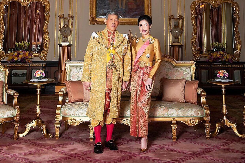 Kong Maha Vajiralongkorn og Sineenat Bilaskalayani under hendes officielle indsættelse som kongens elskerinde.