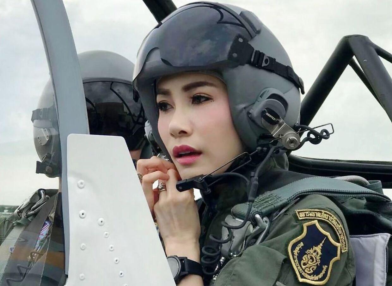 Sineenat Wongvajirapakdi er den første i hundrede år, der får titlen Chao Khun Phra. Hun er uddannet pilot, militærsygeplejerske og bodyguard.