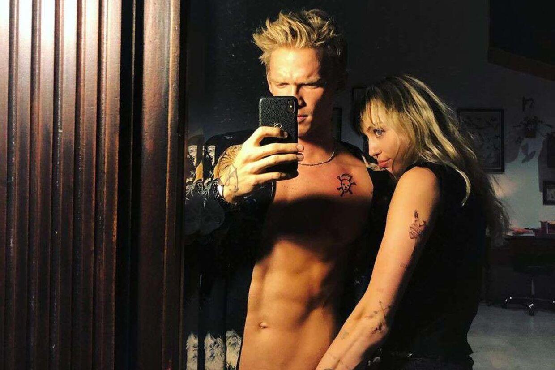 Cody Simpson tager en selfie sammen med Miley Cyrus.