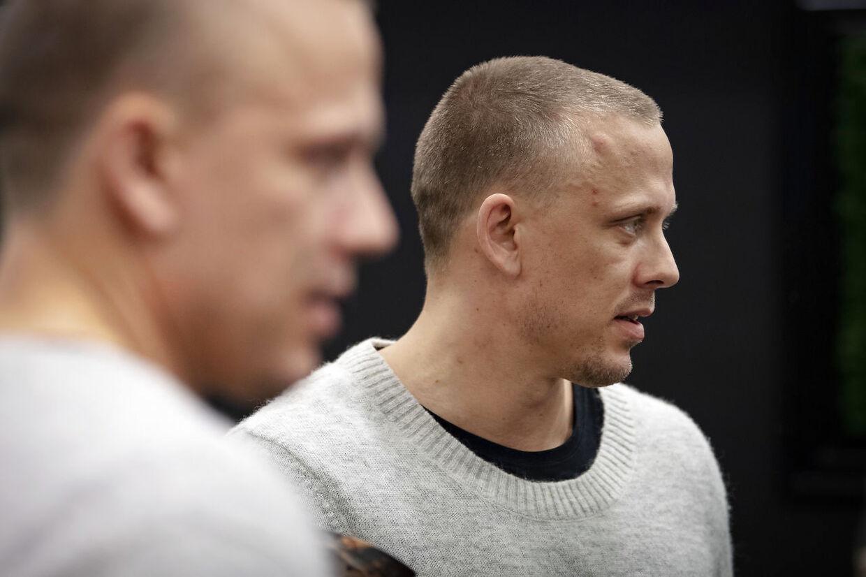 Håndboldlandsholdsspilleren Morten Olsen i samtale med B.T.s udsendte ved mandagens pressemøde i Aarhus.