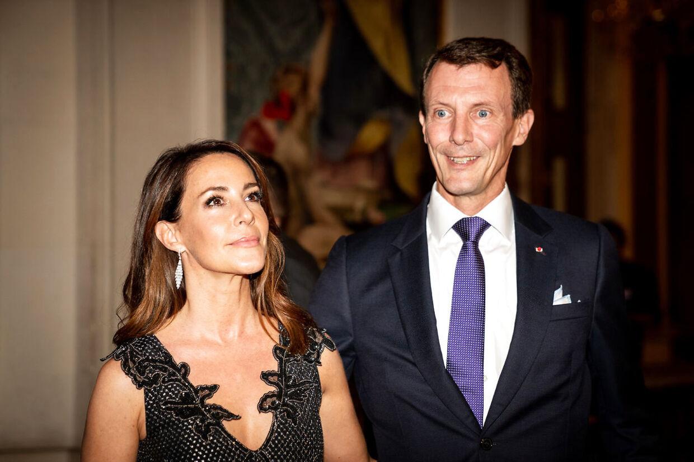 Prins Joachim og prinsesse Marie flyttede med deres børn til Paris i juni, hvor prins Joachim tager en militær lederuddannelse. Her ses de i Paris under en middag, hvor kronprinsparret også deltog.