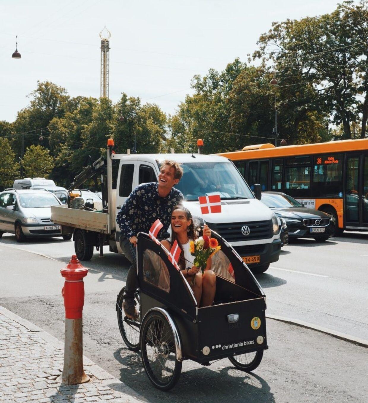 Et nygift par cykler gennem København.