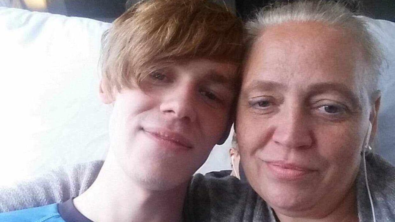 Betina Corneliussen sammen med sønnen Mark.