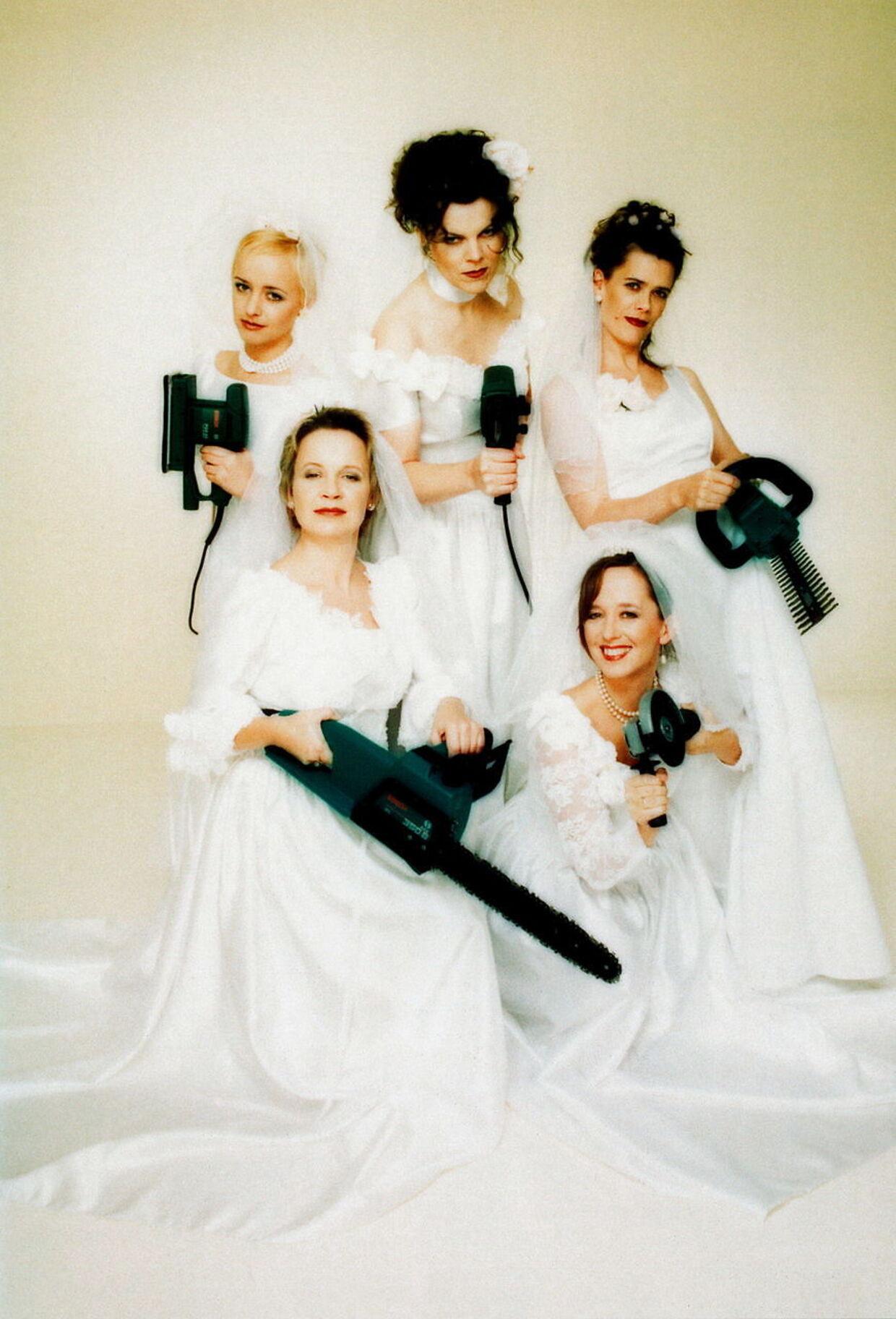 Venter på far. Her ses Julie Michelsen stående helt ude til venstre. Storesøster Anne Dorte er i nederste højre hjørne.