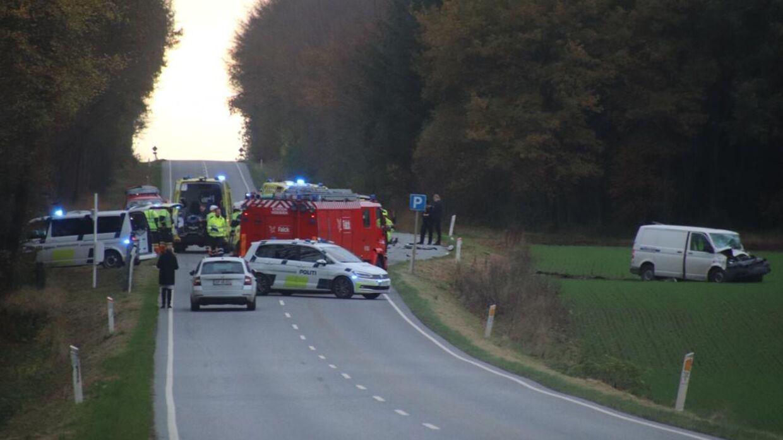Politi og udrykning på stedet ved ulykken.