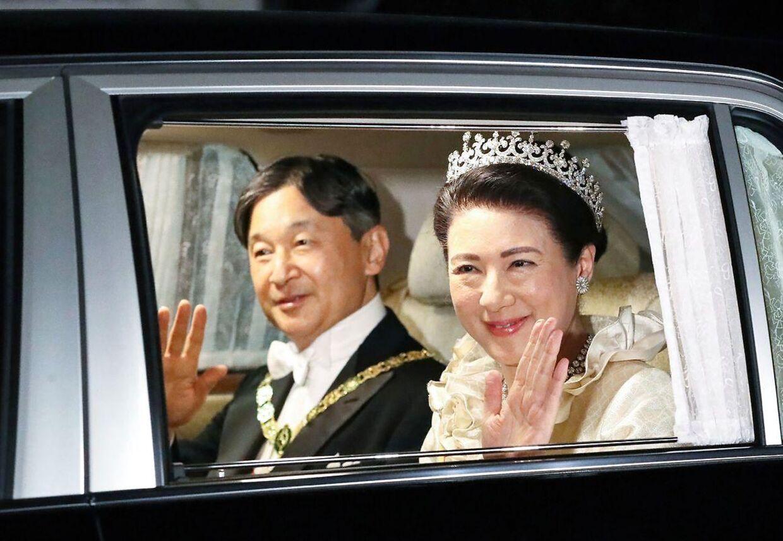 Det nye kejserpar, kejser Naruhito og kejserinde Masako havde svært ved at skjule deres begejstring.