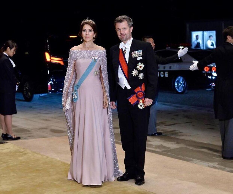 Kronprinsesse Mary bar blandt andet denne smukke kjole med en kappe, som angiveligt skulle være lavet af den danske designer Jesper Høvring.