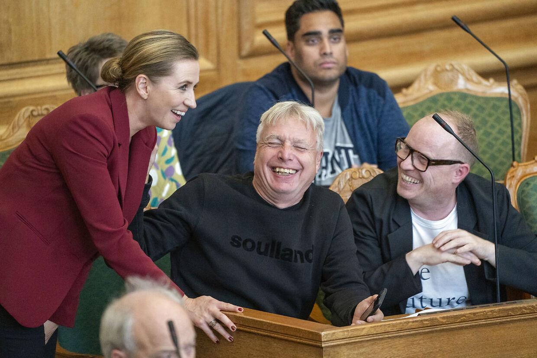 Statsminister Mette Frederiksen fra Socialdemokratiet taler med Uffe Elbæk og Rasmus Nordqvist fra Alternativet ved Folketingets åbningsdebat.