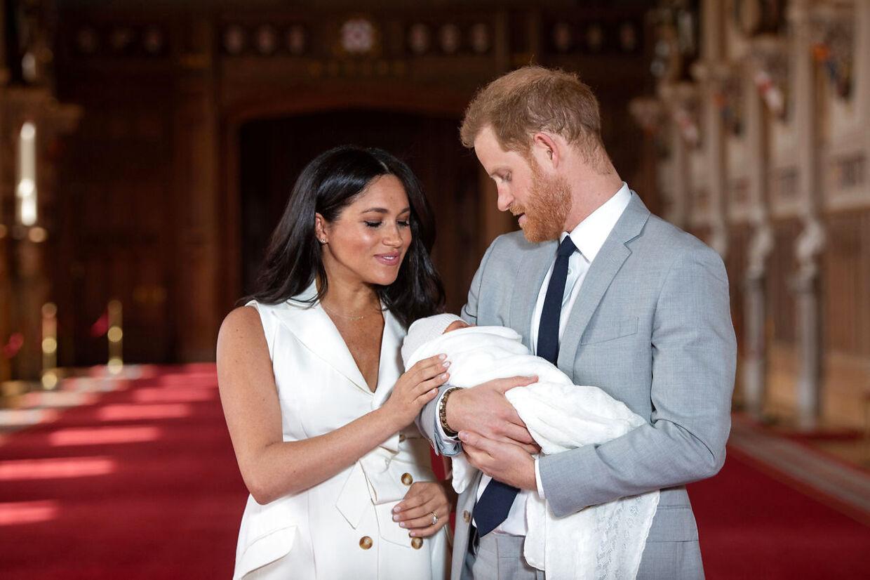 Prins Harry, Meghan Markle og deres lille søn, som parret blev forældre til i maj i år.
