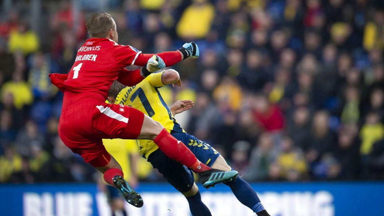 Randers FCs Patrik Carlgren får rødt kort for at fælde Brøndbys Simon Hedlund under superligakampen mellem Brøndby-Randers FC på Brøndby Stadion, søndag den 27 oktober 2019.. (Foto: Liselotte Sabroe/Ritzau Scanpix)