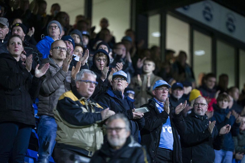 For at markere støtten til AaB-træner Jacob Friis' kræftsyge datter rejste alle tilskuere sig på stadion og klappede i ét minut, i det tredie spilleminut.