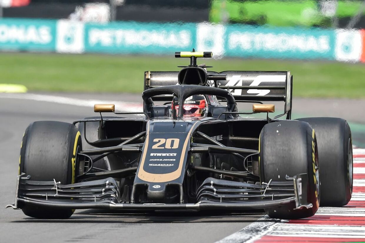 Haas's Danish driver Kevin Magnussen powers his car during the F1 Mexico Grand Prix at the Hermanos Rodriguez racetrack in Mexico City on October 27, 2019. (Photo by RODRIGO ARANGUA / AFP)