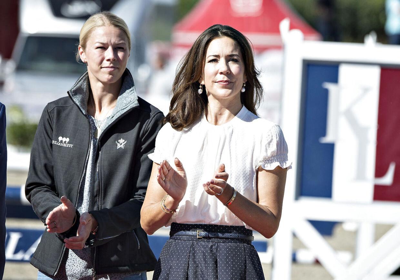 Agnete og Claus Thinggaard er gode venner med kronprinsparret. Her ses Agnete Kirk Kristiansen sammen med Kronprinsessen ved et ridestævne.