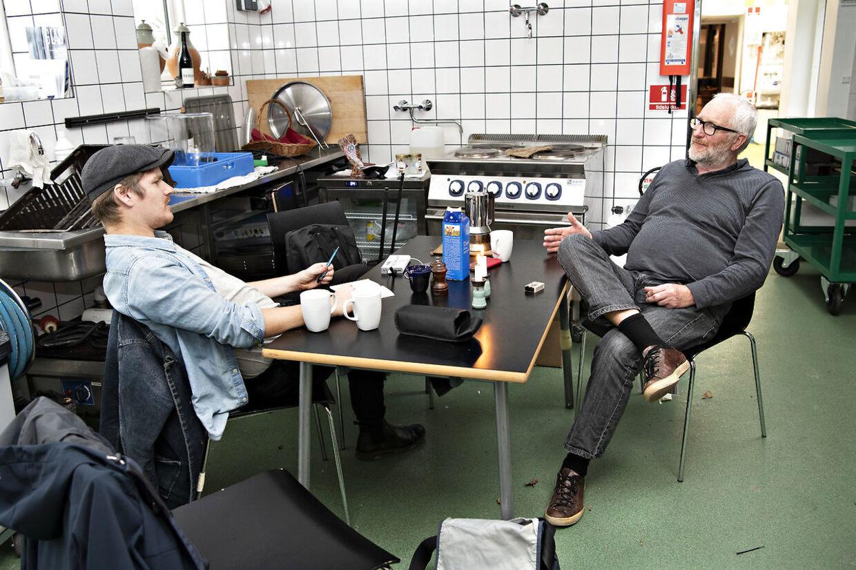 Peter Aalbæk Jensen viser indenfor i fælleskøkkenet i den landsby, han er ved at bygge, for millioner af kroner