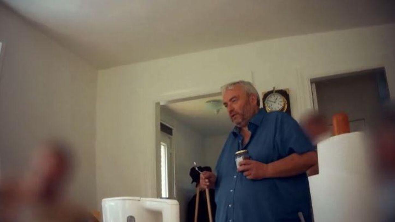 Screenshot fra programmet, hvor Per Zeidler byder velkommen i sit hjem til et gangbang.