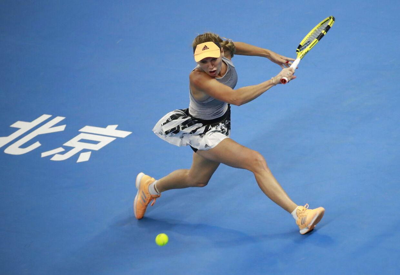 Caroline Wozniacki i aktion på tennisbanen.