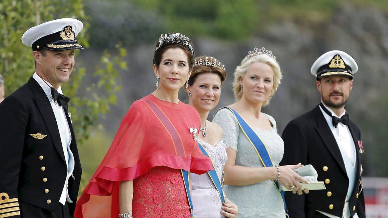 Det danske kronprinspar ses her sammen med den norske prinsesse Martha Louise samt det norske kronprinspar.