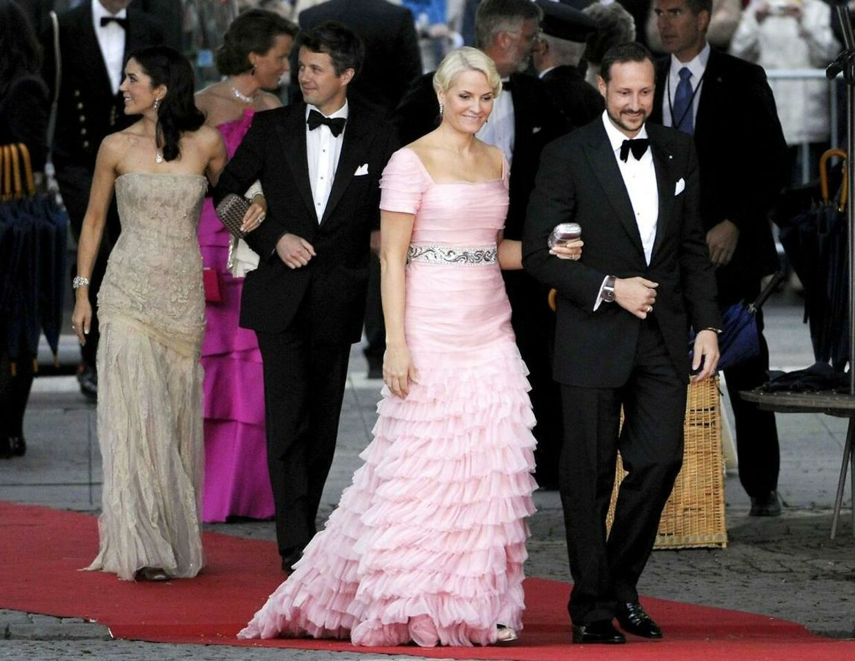 Noramtl er vi vant til at se den norske kronprins Haakon og hans kronprinsesse Mette-Marit i en påklædning, der mere minder om denne.