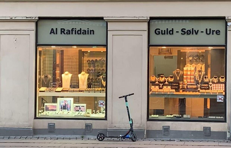 Hvad sker der bag butiksfacaderne på Nørrebro? Denne guldsmed er politianmeldt for at bryde loven om ædelmetaller. Kontrolmyndigheden har også overdraget en sag om salg af formodede kopivarer i butikken til Bagmandspolitiet.