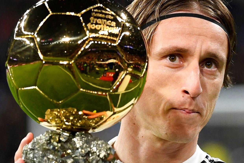 Real Madrids kroatiske midtbanespiller Luka Modric modtog sidste år det prestigefyldte Ballon d'Or-trofæ.