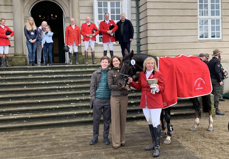 Prins Christian hjalp Mary med at uddele præmier til vinderen af hestefeltet.