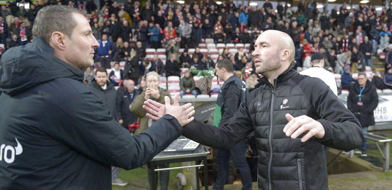 FC Midtjyllands cheftræner Brian Priske, til venstre, hilser på AaB's cheftræner Jacob Friis før søndagens Superliga-kamp i Aalborg.