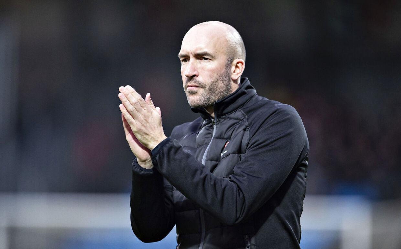 AaB's cheftræner Jacob Friis i aktion på sidelinien i søndag eftermiddags Superliga-kamp mod FC Midtjylland.