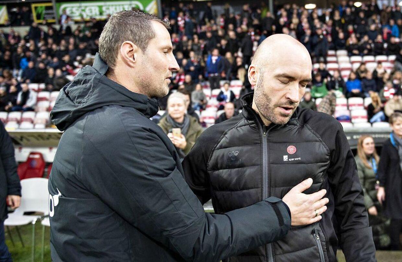 AaB's cheftræner Jacob Friis får et trøstende kram af FC Midtjyllands cheftræner Brian Priske.