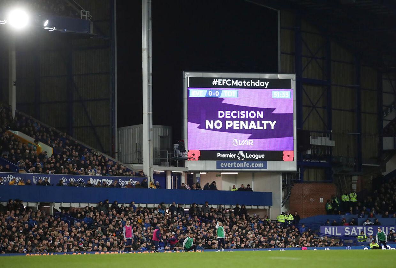 VAR er indført i Premier League. Her bliver det brugt i kampen mellem Everton og Tottenham.