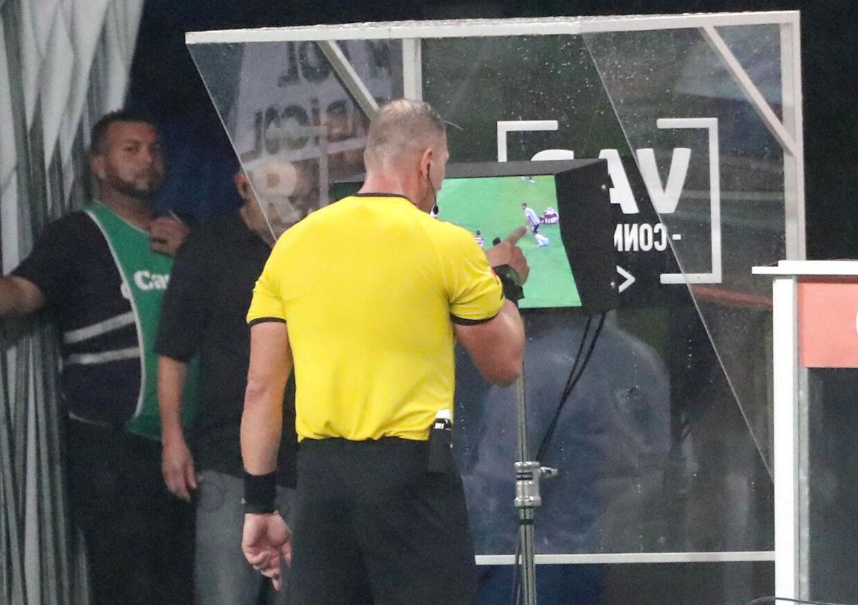 Dommer Nestor Pitana undersøger en VAR-kendelse ved Gremio-Flamengo i Copa Libertadores.