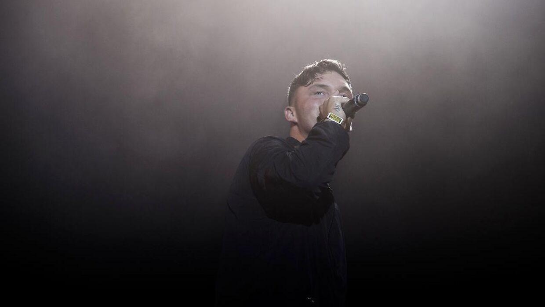 Rapperen fra Rødovre er med på nummeret 'Oui', der har opnået hele 24 millioner streams på Spotify.