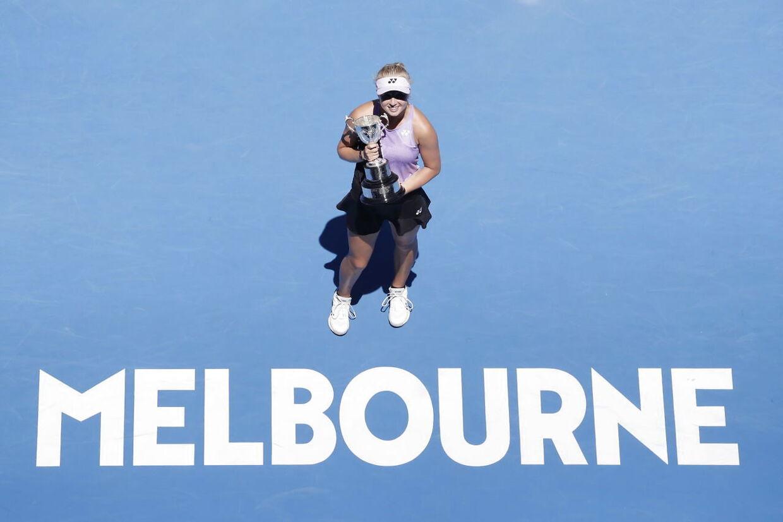 Clara Tauson fejrer finalesejren i pigesinglerækken ved Australian Open over canadieren Leylah Annie Fernandez.