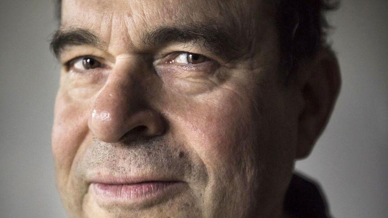 Journalist Arne Notkin måtte insistere, researche og betale for en undersøgelse selv, før han fik den korrekte diagnose. Det viste sig, han havde kræft, som havde nået at sprede sig til flere steder i kroppen.