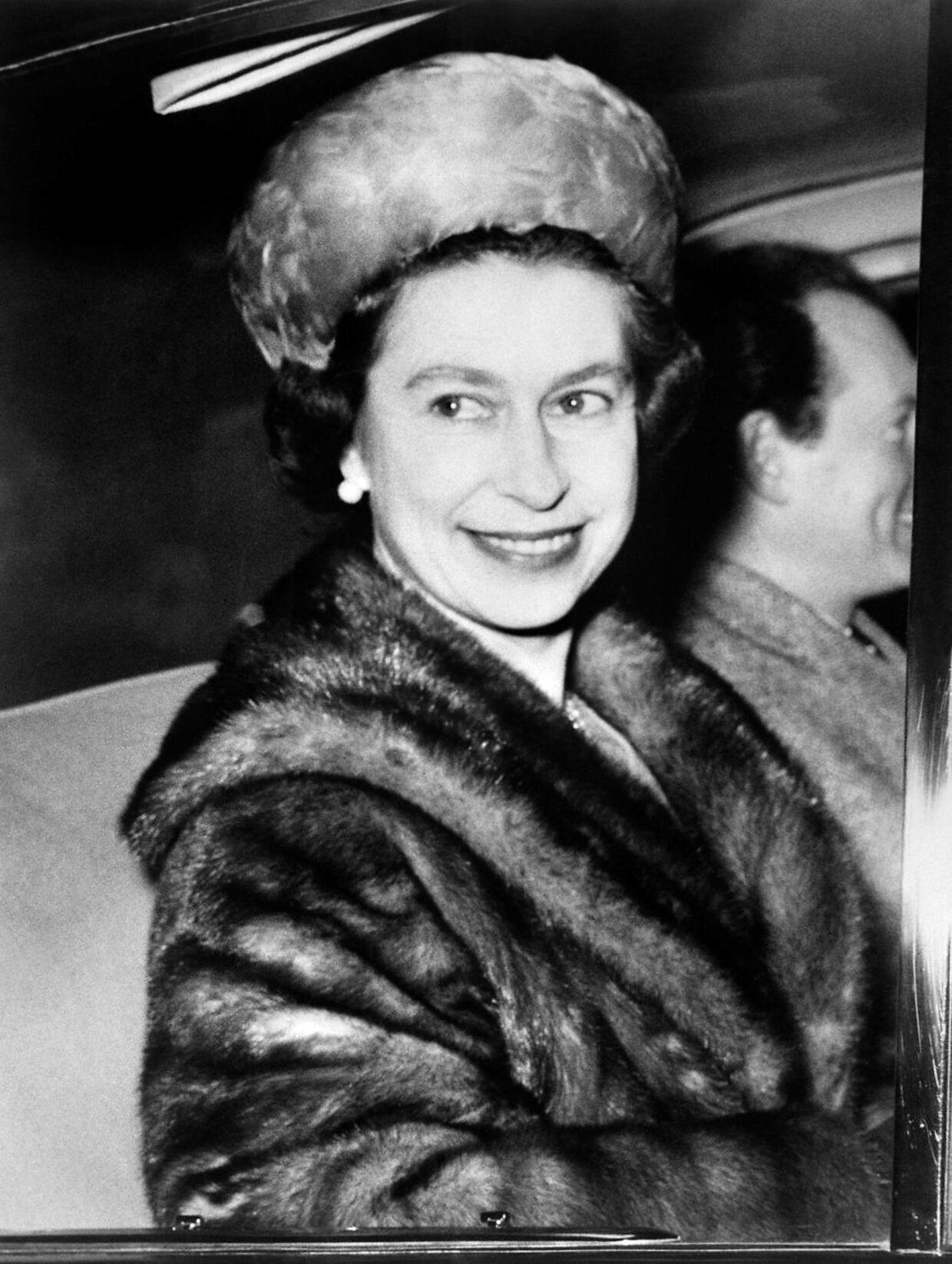 Arkivfoto. Dronning Elizabeth iført en pelsfrakke og -hat.