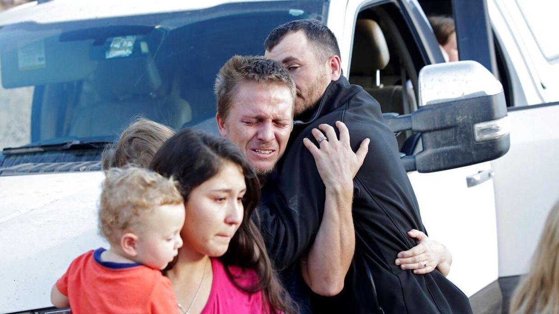 Pårørende til den mexicansk-amerikanske familie, som blev slagtet i det nordlige Mexico. Tre kvinder og seks børn blev brutalt skudt ned.