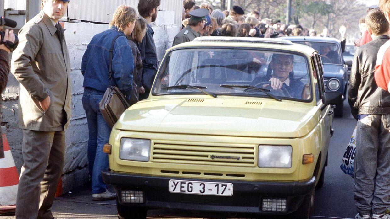 Østtyskere på besøg i deres Trabanter i Vestberlin dagene efter nedbrydningen af Berlinmuren 9. november 1989.