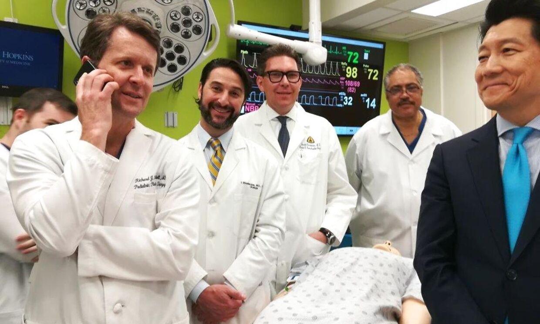 På dette billede fra hospitalet står holdet bag operatonen. Til venstre i billedet ses Richard Redett.