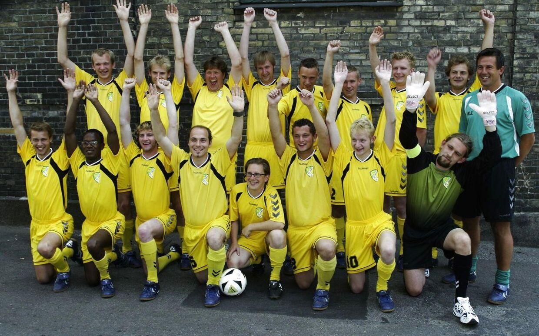 FC Zulu-holdet i 2004 med Simon Emil Ammitzbøll (forreste række i midten med bolden) og træner Mark Strudal (bageste række yderst til højre).