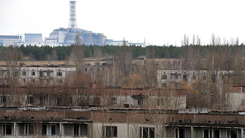Byen Pripyat havde engang 50.000 indbyggere, men efter ulykken på atomkraftværket i 1986 blev byen forladt. Atomkraftværket i Tjernobyl kan ses i baggrunden.