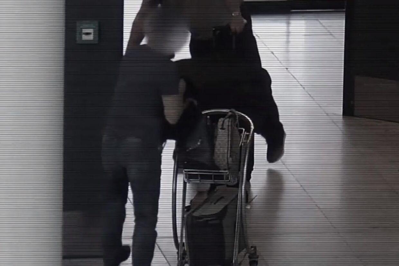 Mens offeret samler mønterne op, stjæler den anden tricktyv hans taske.