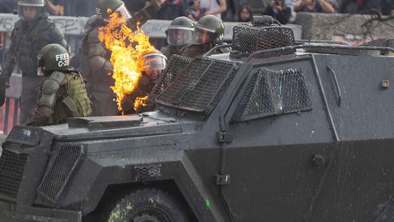 Der har været uroligheder i Chile i tre uger, og denne gang gik det ud over to kvindelige betjente.