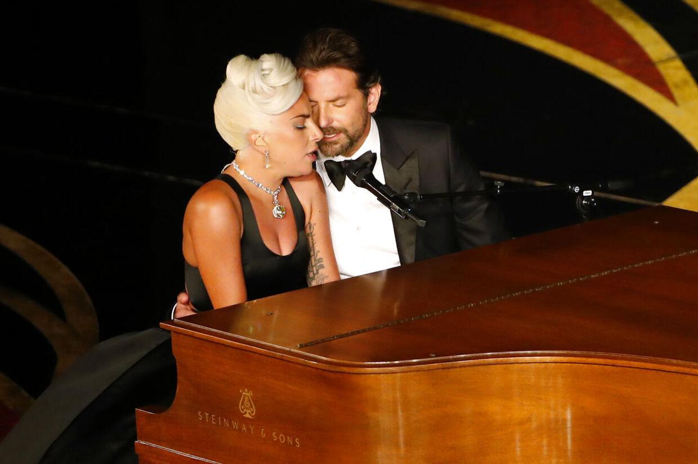 ARKIVFOTO af Lady Gaga og Bradley Cooper under deres Oscar-optræden.