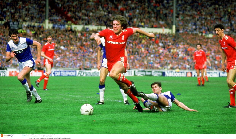 Jan Mølby i kamp under FA Cup-finalen i 1986 - mod lokalrivalerne fra Everton.